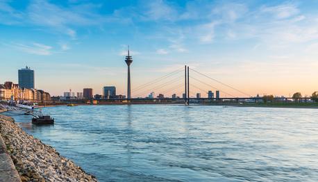 Stadt Düsseldorf im Sonnenuntergang